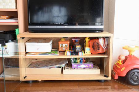 テレビ台の下におもちゃを収納