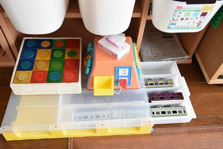 カラーボックスの本棚におもちゃを収納